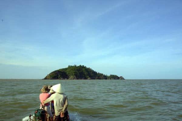 Đảo Hòn Nẹ mang vẻ đẹp gần gũi với thiên nhiên và con người
