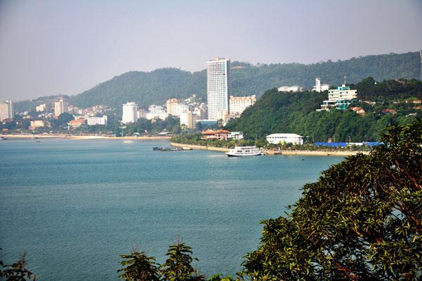 Khung cảnh Hạ Long nhìn từ quán cà phê Sao Biển