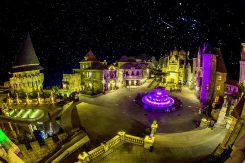 Bí ẩn và lãng mạn đẹp tuyệt mỹ khung cảnh đêm của làng Pháp cổ kính