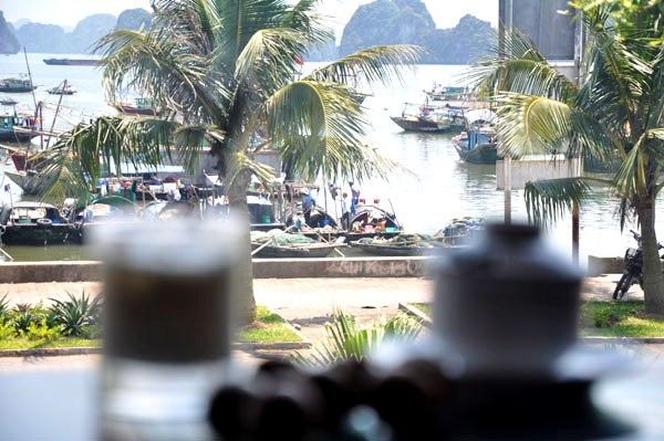 Khung cảnh chợ nhộn nhịp bên bờ biển Hạ Long từ Hạ Long By Night