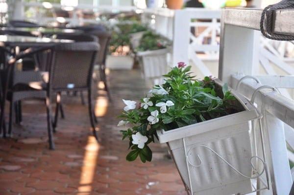 Nét thơ mộng trong không gian quán cà phê ở ven Bãi Cháy