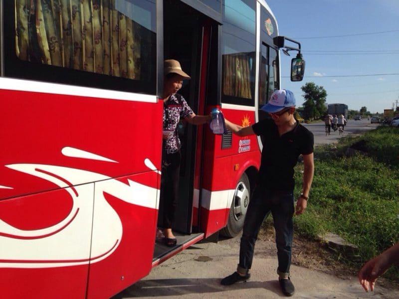Hướng dẫn viên nhiệt tình giúp trẻ em và người lớn tuổi xuống xe