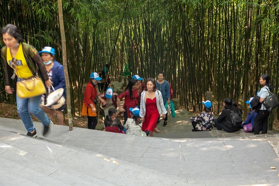 Đoàn di chuyển lên thăm quan Đền Mẫu