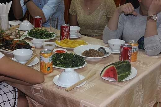 Bữa ăn vui vẻ của Đoàn với những món ăn đặc trưng của núi rừng Tam Đảo