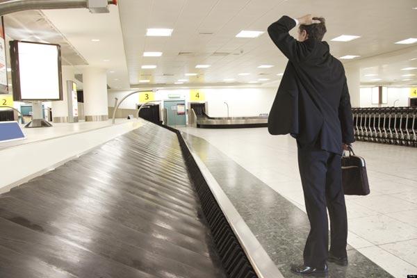 Khi bị thất lạc hành lý nên bình tĩnh liên hệ với nhân viên ở sân bay để nhận được hỗ trợ