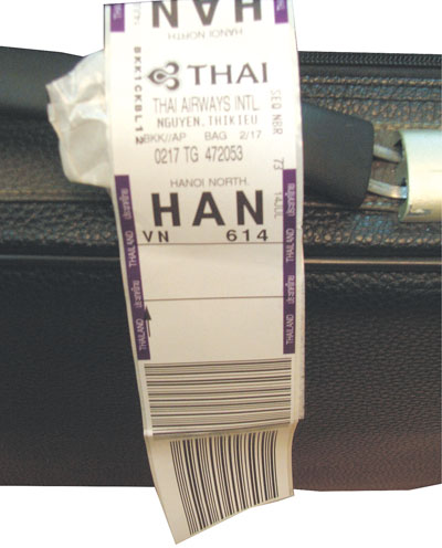 Kiểm tra tem hành lý xem đã đúng các thông tin về chuyến bay và điểm đến chưa