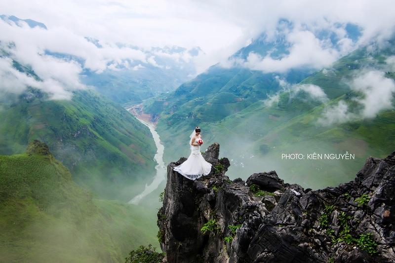 Mỏm đá nhô ra của đèo Mã Pí Lèng là nơi cảm nhận trọn vẹn vẻ đẹp hùng vỹ nơi đây
