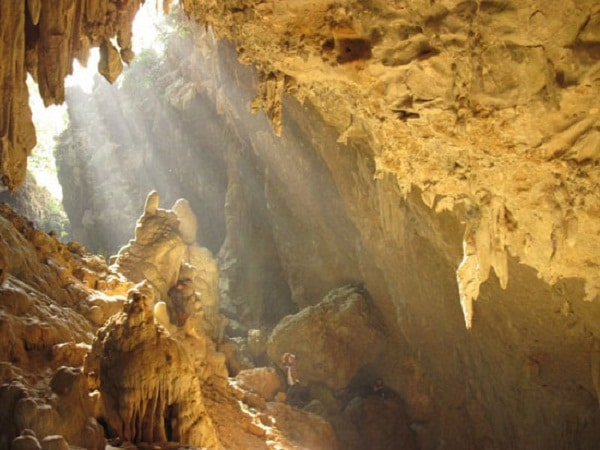 Hang Mỏ Luông với những nhũ đá, thạch nhũ đa dạng, độc đáo