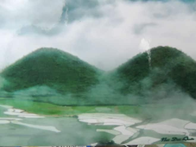 Núi đôi ẩn hiện trong sương sớm