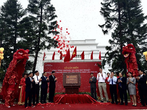 Lễ gắn biển chào mừng Đại hội Quảng Ninhlần thứ XIV