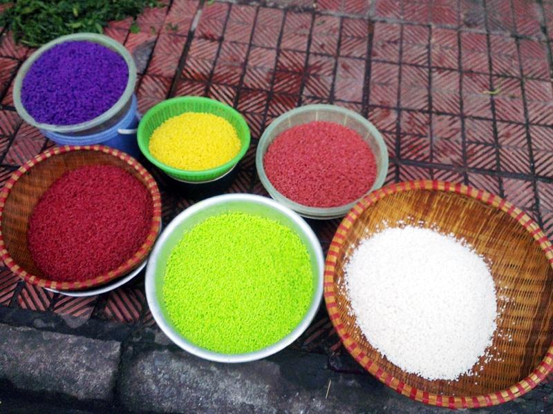 Gạo để làm xôi ngũ sắc phải là gạo nếp thơm, dẻo, các hạt to, đều