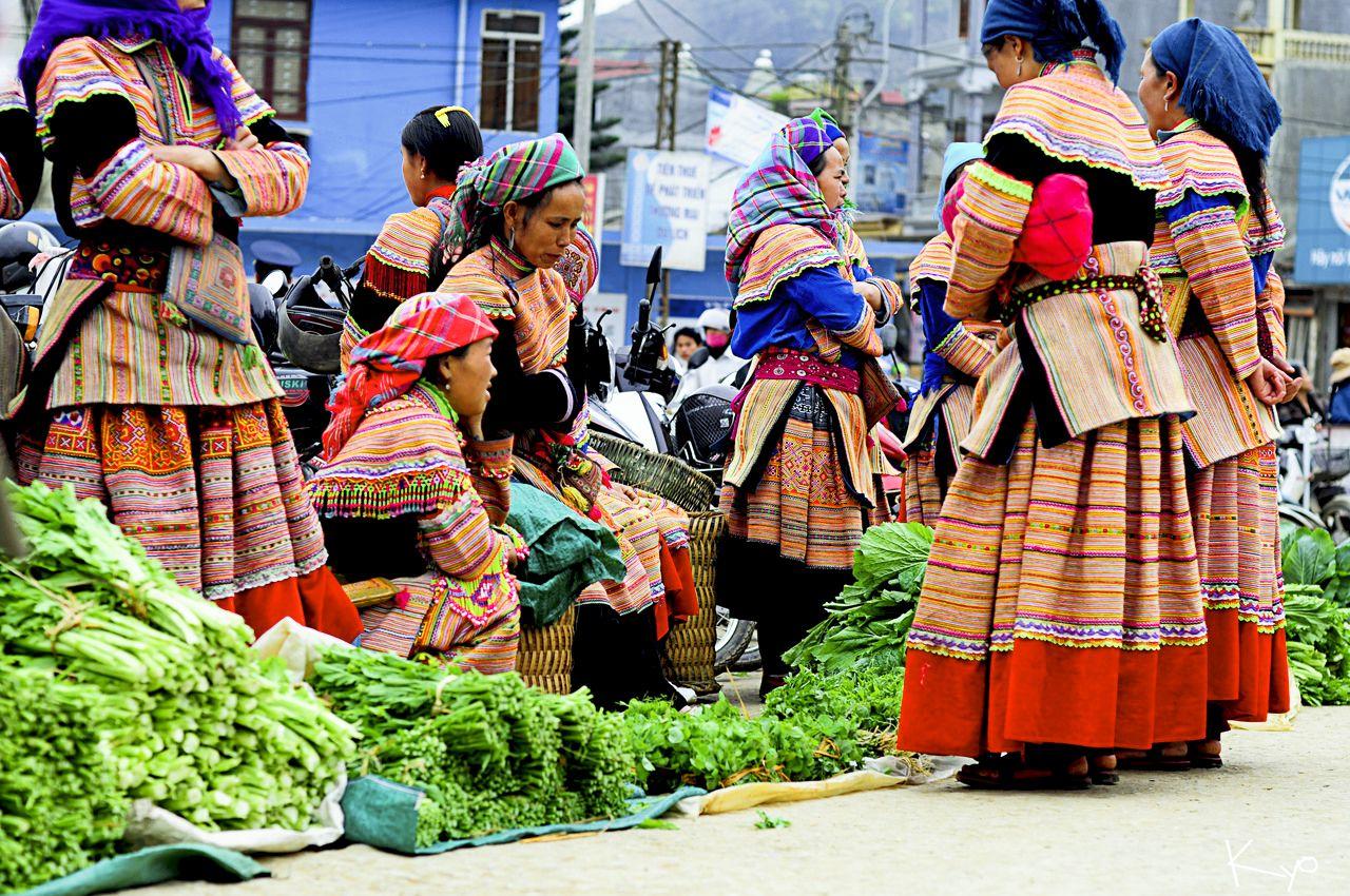 Đồng bào xúng xính đi chợ trong những trang phục sặc sỡ