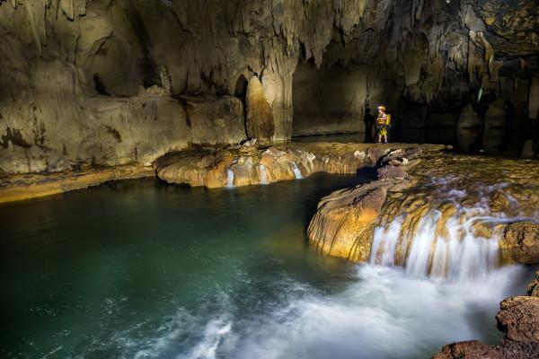 Động Tú Làn với những dòng sông, suối đan xen bên trong