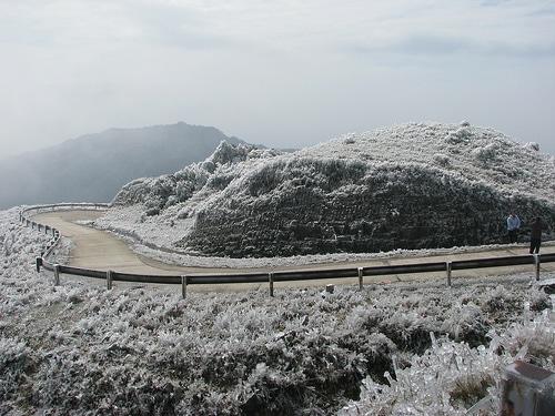 Băng tuyết phủ kín đỉnh Mẫu Sơn