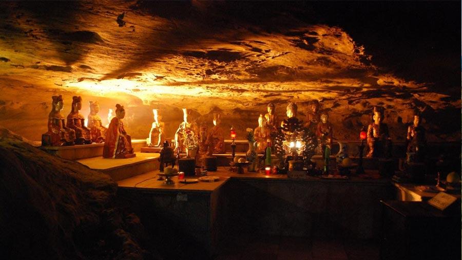 Hang động tại Bái Đính - Nơi thờ các vị Phật và thần linh thiêng