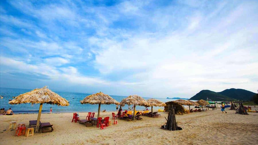 Bãi tắm Quan Lạn hút hồn khách du lịch với biển xanh, cát trắng, nắng vàng