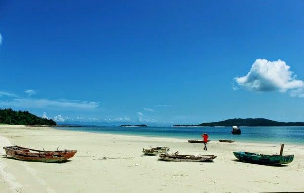 Bãi biển trên đảo Cô Tô