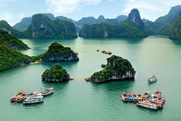 Vịnh Hạ Long với hàng nghìn đảo đá lớn, nhỏ