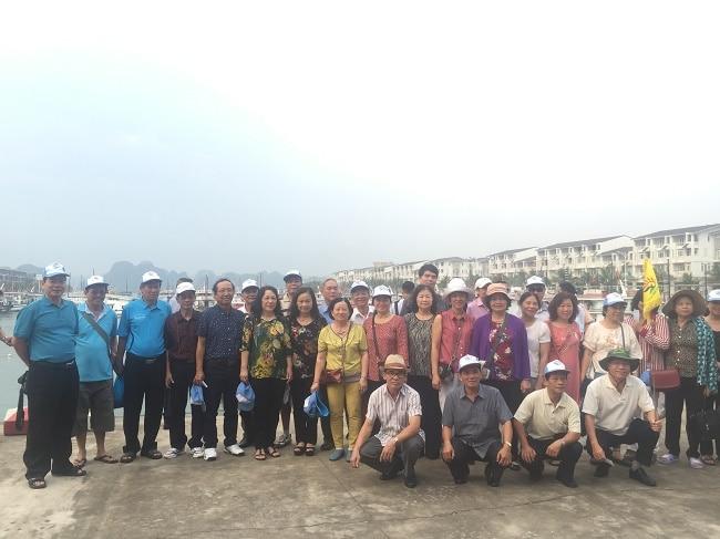 Đoàn cựu sinh viên 13N Đại Học Thủy Lợi du lịch Hạ Long do công ty du lịch Khát Vọng Việt tổ chức