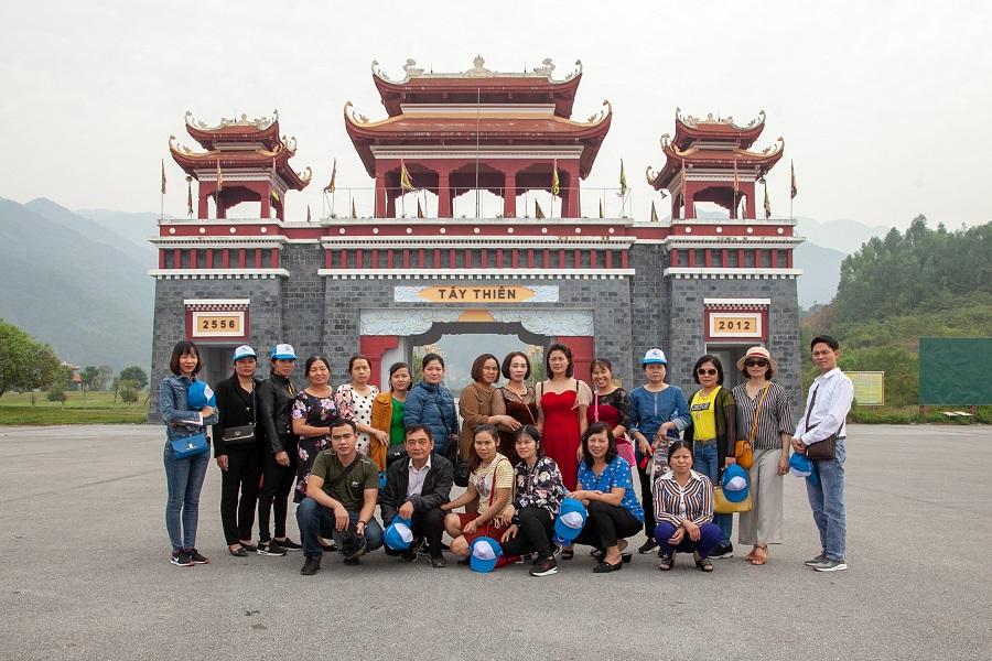 Đoàn check in kỉ niệm tại Tây Thiên