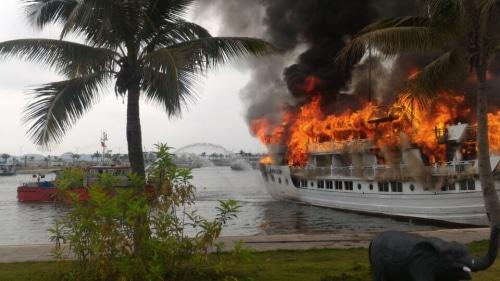 Tàu du lịch Tuần Châu cháy dữ dội khi đang cập bến