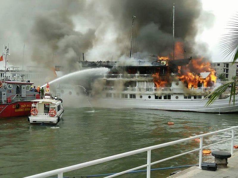 Lực lượng cứu hỏa đến chữa cháy du thuyền Tuần Châu