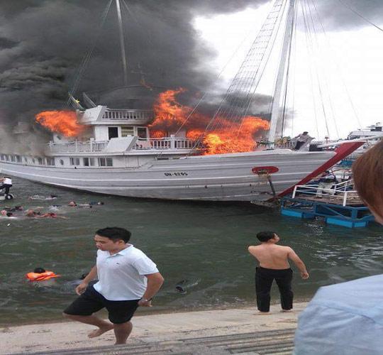 Nhiều du khách nhảy xuống biển để thoát thân