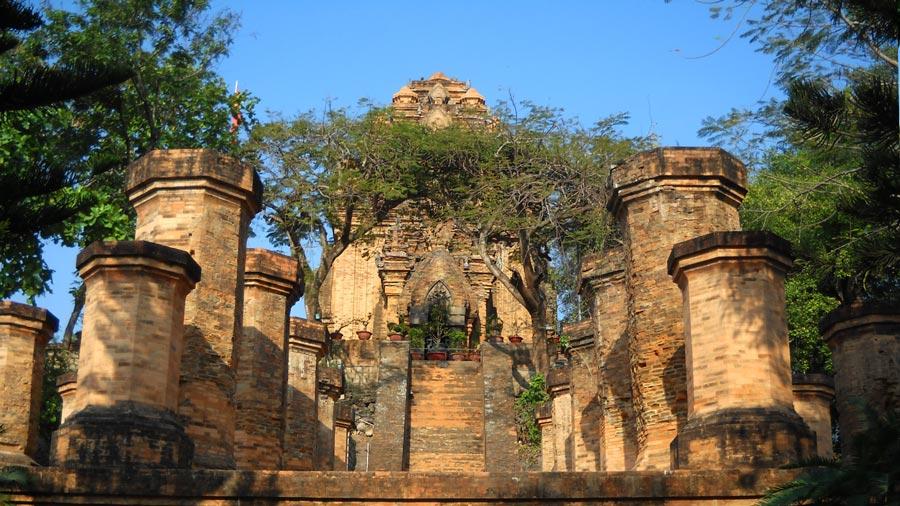 Tháp Bà Ponagar một trong những tháp cổ của người Chăm để lại