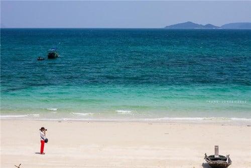 Biển trong xanh, đẹp thơ mộng của bãi Hồng Vàn ở đảo Cô Tô