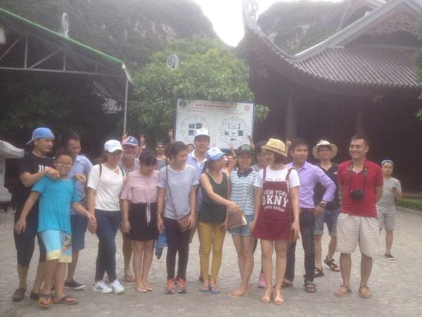 Đoàn tham quan tại khu du lịch sinh thái Tràng An