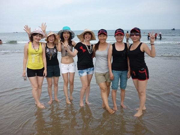Các chị em tạo dáng tại bãi biển Hải Tiến xinh đẹp