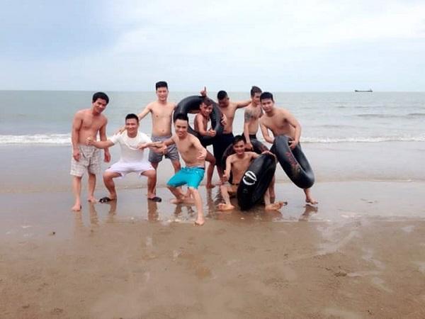 Đoàn thỏa sức vui vẻ tại bãi biển Hải Tiến