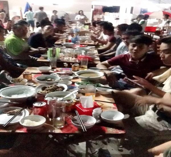 Đoàn ăn tại khách sạn với những món hải sản tươi ngon
