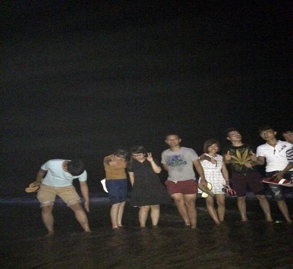 Đoàn dạo biển đêm tận hưởng không khí trong lành, mát mẻ Sầm Sơn