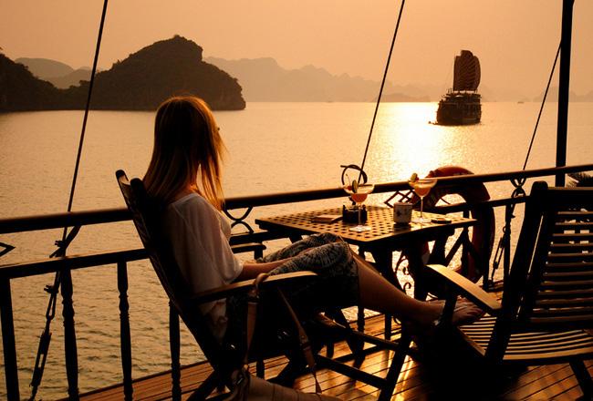 Ngắm cảnh tuyệt đẹp trên vịnh Hạ Long