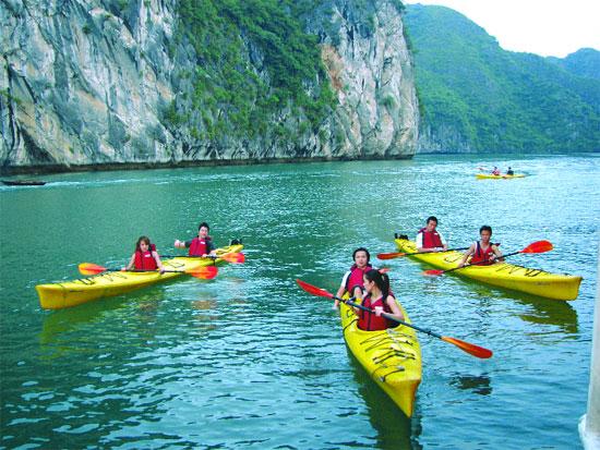 Chèo thuyền kayak khám phá vịnh biển Hạ Long