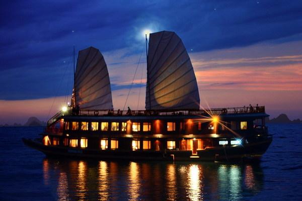 Trải nghiệm ngủ đêm trên hành trình du thuyền Hạ Long
