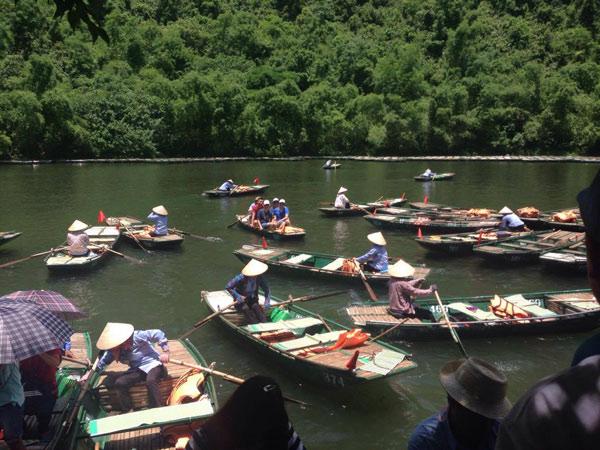 Đoàn tham quan khu du lịch sinh thái Tràng An