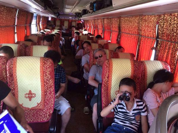 Đoàn bắt đầu khởi hành đi đến khu du lịch sinh thái Tràng An
