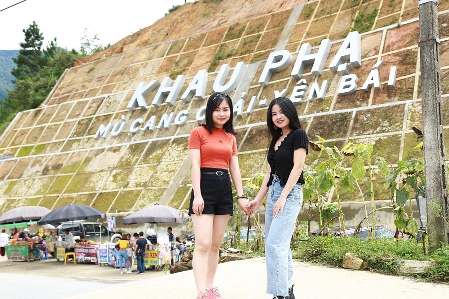 Du khách chụp ảnh tại đèo Khau Phạ