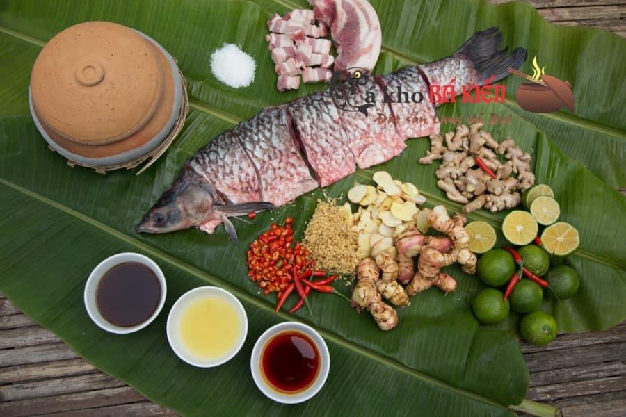 Nguyên liệu gồm cá trắm đen và hàng chục gia vị khác nhau rất đặc trưng