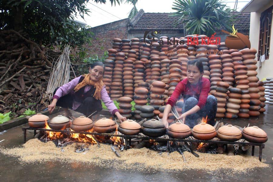 Bếp lửa tuy khói và nóng nhưng người nông dân rất vui khi tết đến