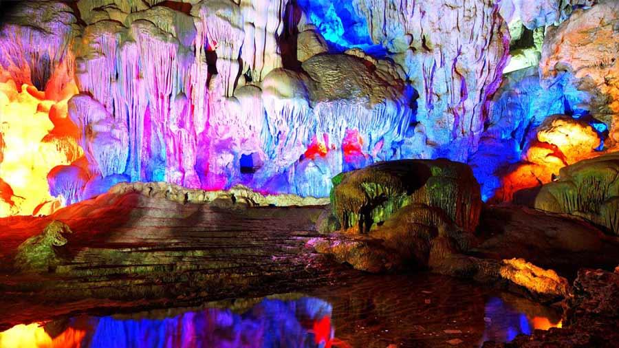 Vẻ đẹp huyền ảo của hang Sửng Sốt
