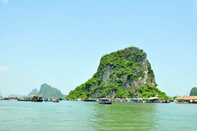 Đi tàu ra đảo Quan Lạn ngắm Vịnh Bái Tử Long