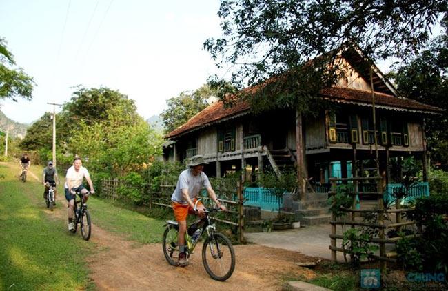Hình ảnh du khách đạp xe khám phá Bản Lác Mai Châu