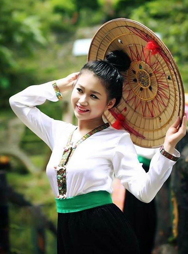 Du khách hóa thân thành cô gái người Thái