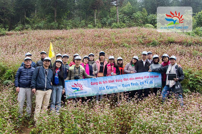Đoàn du lịch Khát Vọng Việt chụp tại cánh đồng hoa Tam Giác Mạch