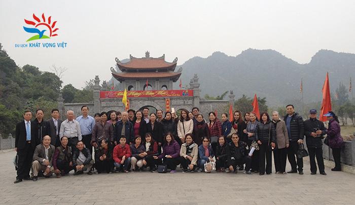 Đoàn khách cán bộ hưu trí công an quận Đống Đa, Hà Nội đi tour Bái Đính – Tràng An