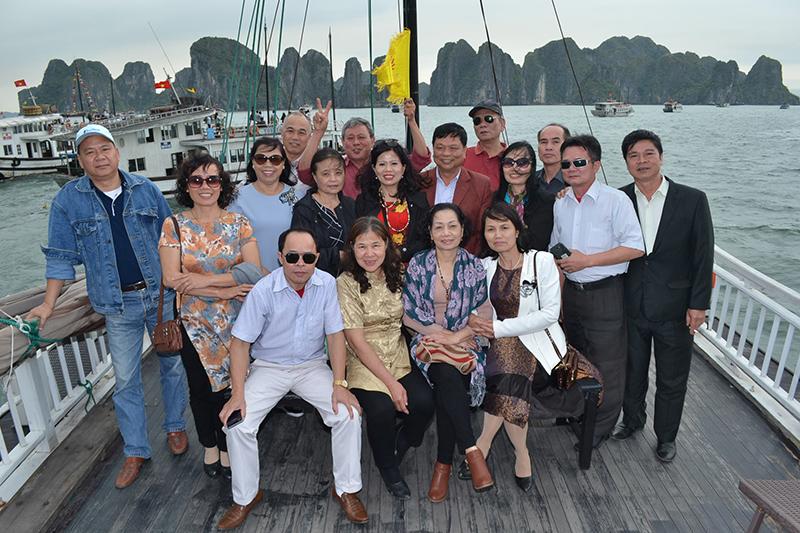 Đoàn cán bộ giáo viên trường tiểu học Xuân Đỉnh du lịch Vịnh Hạ Long