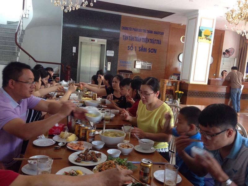 Bữa ăn trưa của đoàn tại khách sạn